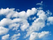 Rougissent le ciel bleu avec de beaux nuages blancs, photo de ciel d'été Photographie stock libre de droits