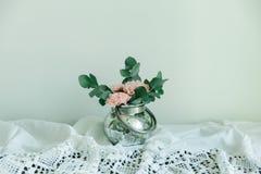 Rougissent les fleurs de l'oeillet dans une cuvette Image libre de droits