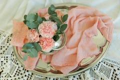 Rougissent les fleurs de l'oeillet dans une cuvette Images libres de droits