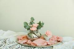Rougissent les fleurs de l'oeillet dans une cuvette Image stock