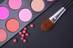 Rougit la palette, les boules de fard à joues et la brosse pour le maquillage Photographie stock libre de droits