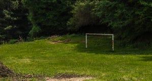 But rouillé abandonné du football dans le pré Photographie stock