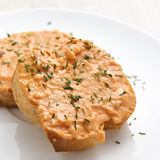 Rouille auf französischem Brot Stockfotos
