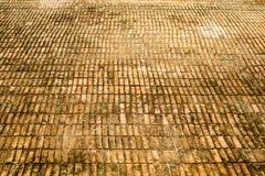 Rouille et érosion de plancher antique de brique photos stock