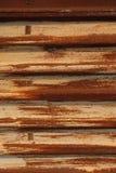 Rouille sur la glande Feuille de fer ondul? avec ?plucher la peinture jaune Texture et fond Rouge jaune photographie stock