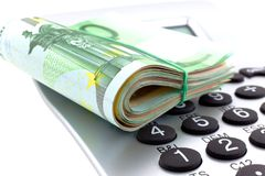 Roulé avec d'euro notes en caoutchouc avec la calculatrice Image stock