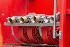 Roulé dans un tuyau d'incendie rouge de petit pain, extincteurs r d'équipement du feu photo libre de droits