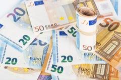 Roulé vers le haut d'euro billets de banque winded enveloppés Photos stock