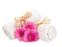Roulé vers le haut des essuie-main avec des fleurs Photo libre de droits