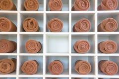 Roulé vers le haut des serviettes brunes de station thermale Photographie stock