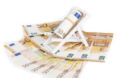 Roulé vers le haut du paquet d'euro billets de banque sur la chaise de plate-forme miniature Photos libres de droits