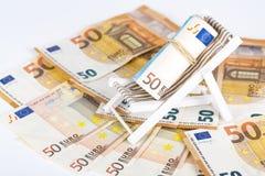 Roulé vers le haut du paquet d'euro billets de banque sur la chaise de plate-forme miniature Images stock
