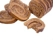 Roulade σοκολάτας που τεμαχίζεται και που απομονώνεται Στοκ εικόνες με δικαίωμα ελεύθερης χρήσης