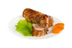 Roulade του άγριου κάπρου με τα ξηρά βερίκοκα στο πιάτο, που απομονώνεται Στοκ Φωτογραφίες