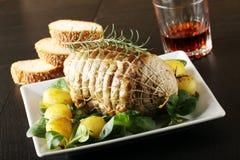Roulade av nötkött, med grillade potatisar och nya grönsaker Royaltyfri Bild