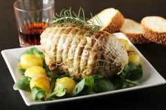 Roulade av nötkött, med grillade potatisar och nya grönsaker Royaltyfri Fotografi