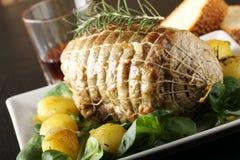 Roulade av nötkött, med grillade potatisar och nya grönsaker Arkivfoton