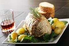 Roulade av nötkött, med grillade potatisar och nya grönsaker Royaltyfria Bilder