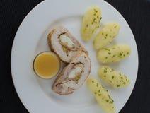 Roulade da galinha com batatas da erva Foto de Stock Royalty Free