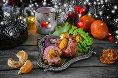 Roulade de filet de sein de canard, bourrée des mandarines, des oignons rouges et des mandarines sur le gril à la table de Noël n Images libres de droits
