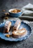 Roulade de meringue de noix avec le remplissage de mascarpone photographie stock