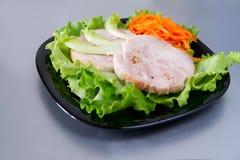 Roulade de poulet sur la salade. Photos stock