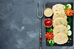 Roulade de viande de fête avec les pois et la carotte d'un plat avec le fre Photos stock