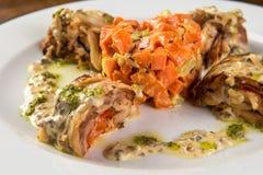 Roulade rôtie de lapin avec la carotte et la sauce Images libres de droits