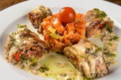 Roulade rôtie de lapin avec la carotte et la tomate Photos libres de droits