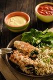 Roulades de porc avec le remplissage d'épinards et de fromage, servi avec du riz brun Image stock
