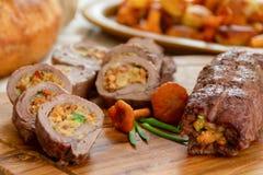 Roulades de viande avec le remplissage végétal photographie stock libre de droits