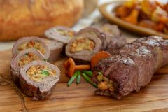 Roulades de viande avec le remplissage végétal photos libres de droits