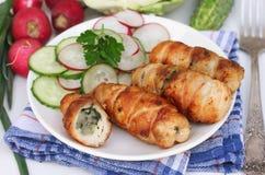Roulades de viande et salade végétale pour le déjeuner Images libres de droits