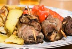 Roulades de viande frites avec des légumes Image libre de droits