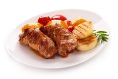 Roulades de viande grillées avec des légumes, d'isolement sur le fond blanc photo stock