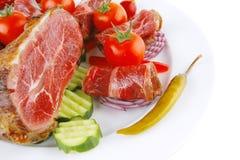 Roulades et accumulation de viande sur le blanc Photographie stock libre de droits