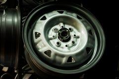 Roule des disques dans le concessionnaire automobile photos libres de droits