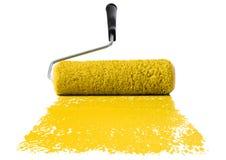 Rouleau avec la peinture jaune photos libres de droits