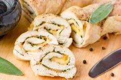 Rouleau bourré de poulet avec du fromage et la sauge Photo stock