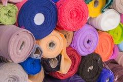 Rouleau coloré de vente de tissus de coton sur le marché Images libres de droits