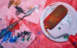 Rouleau coloré se trouvant du plat blanc après le beign utilisé pour la peinture d'art de mur images libres de droits