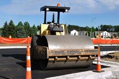 Rouleau compresseur au site de construction de routes photographie stock