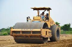 Rouleau compresseur de rouleau de route ou rouleau vibrant sur le chantier de construction Photo libre de droits