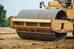 Rouleau compresseur de rouleau de route ou rouleau vibrant sur le chantier de construction Image libre de droits
