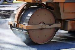 Rouleau compresseur sur l'asphalte Image stock