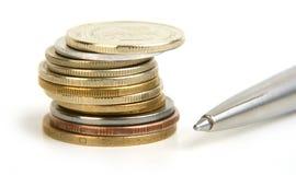Rouleau das moedas e da pena Imagens de Stock