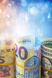 Rouleau de billet d'un dollar américain, de cinq yuans et d'euro vingt Image stock