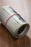 Rouleau de billets d'un dollar en gros plan Image stock