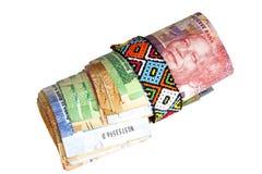 Rouleau de billets de banque sud-africains fixés avec Zulu Beads Photo stock