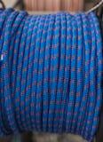 Rouleau de corde bleue et rouge ou de corde Photo stock